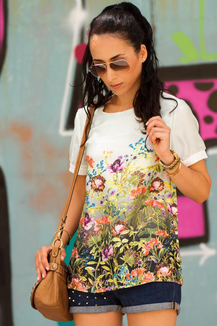 Outfit con shorts denim con tachuelas y blusa de flores