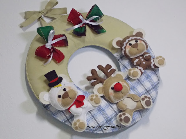 guirlanda de natal em feltro e tecido, com ursinhos em feltro, vestidos de rena, boneco de neve e biscoito ginger.