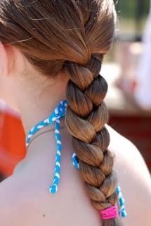 4 Alasan Penting Jangan Mengikat Rambut Usai Keramas