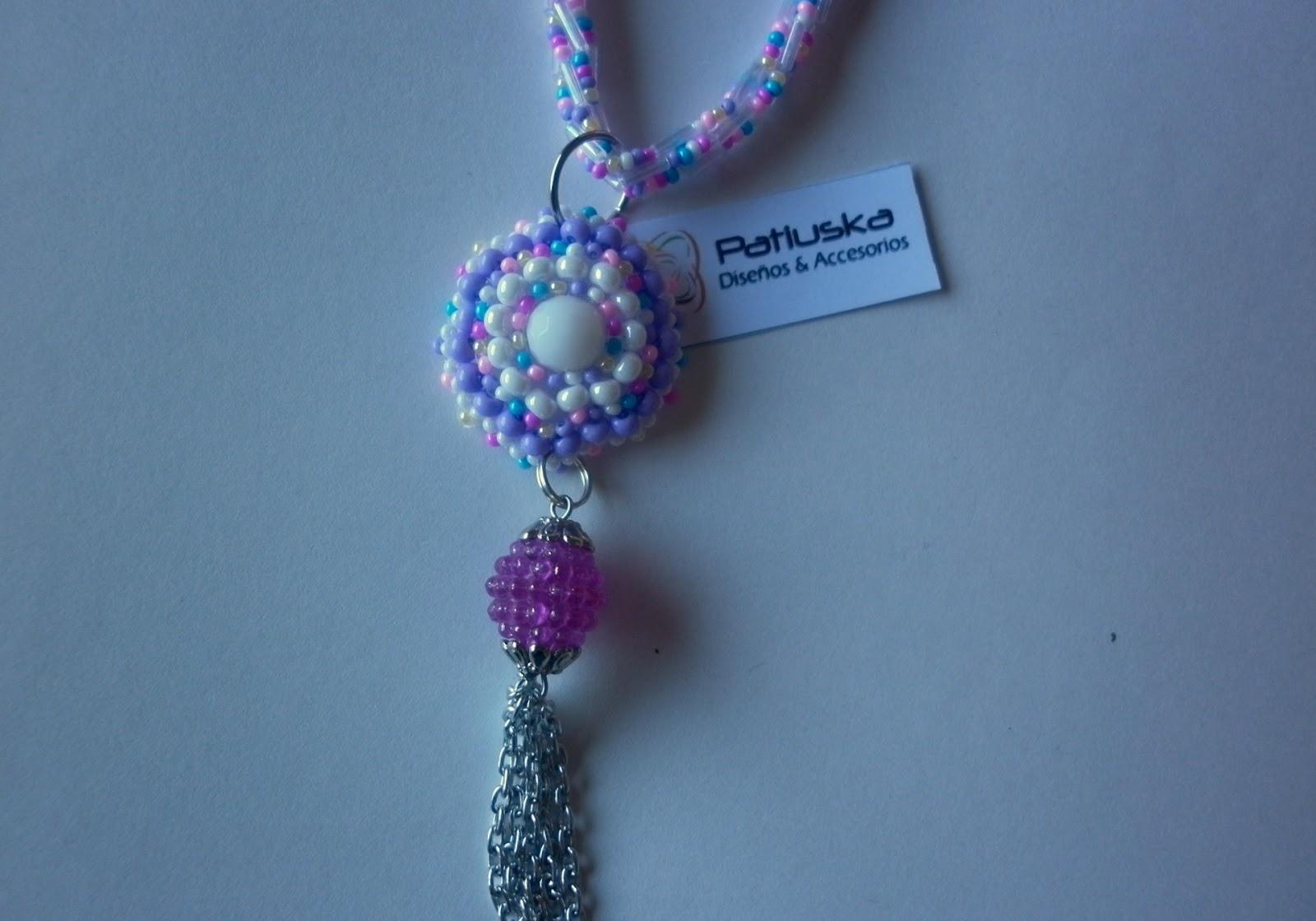 Collar tejido a crochet con canutillos y mostacillas, Medallón en mostacillas,cadenas