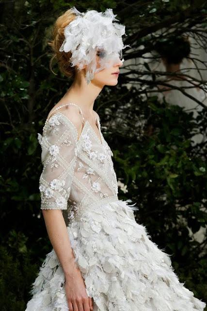 somptueuse robe de mariée haute couture dessiné par karl lagerfeld pour chanel. Robe blanche serti de diamant, de perles de cultures, de strass et brodé à la main.