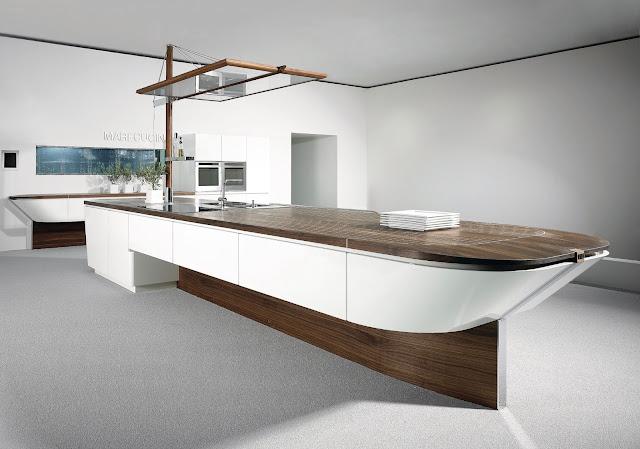 Cuisine concept bateau par ALNO. Ilot de cuisine comme pont de bateau à coque blanche et plan de travail bois.