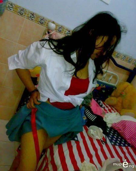 Foto Hot Cewek Berseragam SMU Lepas Celana Dalam Dan BH