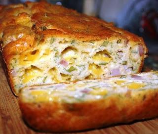 Несладкий кекс с сыром, ветчиной и зеленью