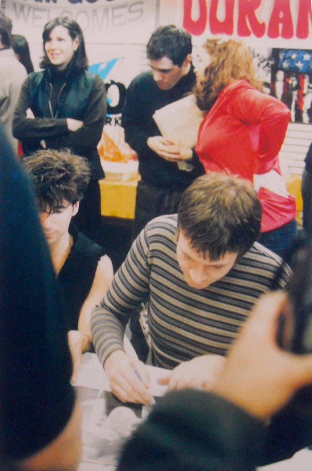 http://1.bp.blogspot.com/-1e1jp2I-7u0/TeAEFHf8h7I/AAAAAAAAEO0/Znt2iu8_5PA/s1600/Duran+Duran+1995+Sam+Goody+In+Store+Appearance+NYC+1.JPG