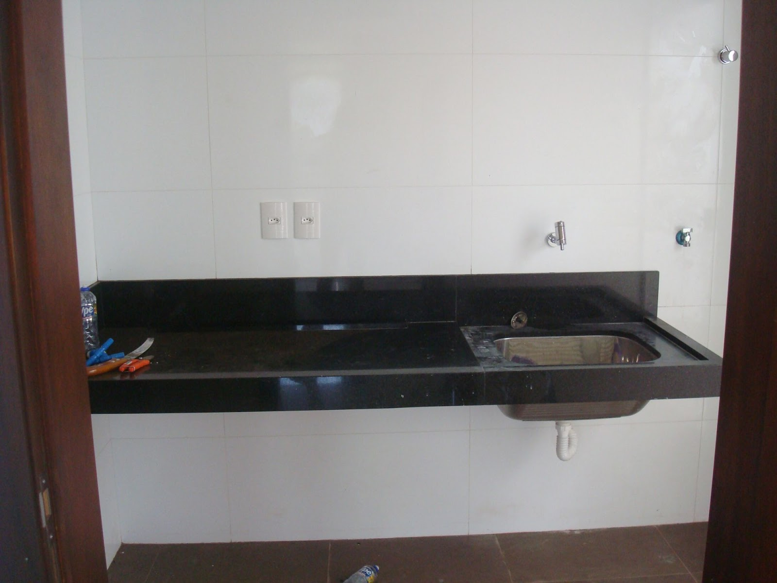 Construindo um Castelinho: Qual o porcelanato? E o revestimento? #3A4B63 1600x1200 Banheiro Branco Com Rejunte Escuro