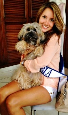 Daniella Alvarez con un lindo perro