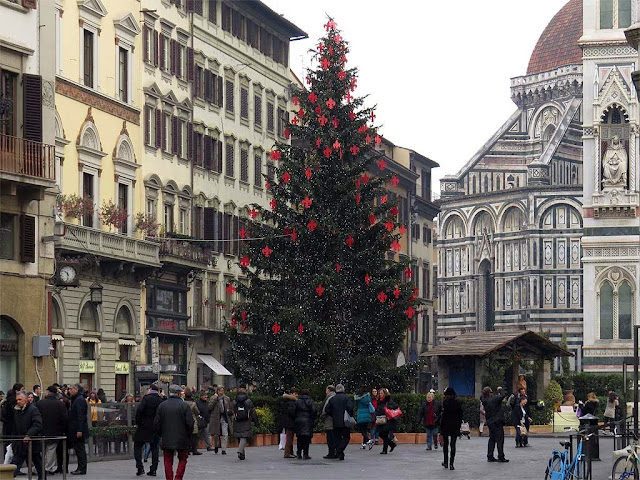 Christmas tree with Florentine lilies, piazza del Duomo, Florence