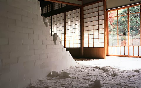 oeuvre de l'artiste japonais motoi yamamoto,  sculpture de sel, mur de sel en brique de sel performance galerie d'art contemporain