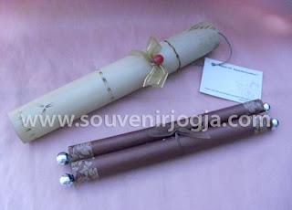 undangan pernikahan gulung manik packing bambu