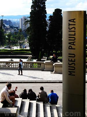 Detalhe da placa do Museu Paulista (ou Museu do Ipiranga), em São Paulo - Por Tito Garcez
