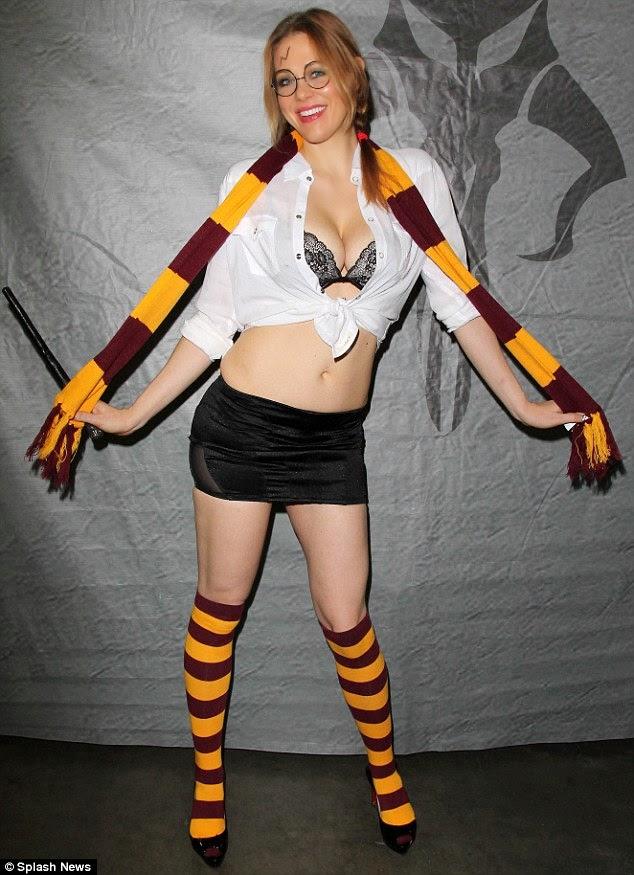 ميتلاند وارد تبقى مثيرة في ثلاثة أزياء مختلفة خلا حضورها مؤتمر في لوس انجلوس