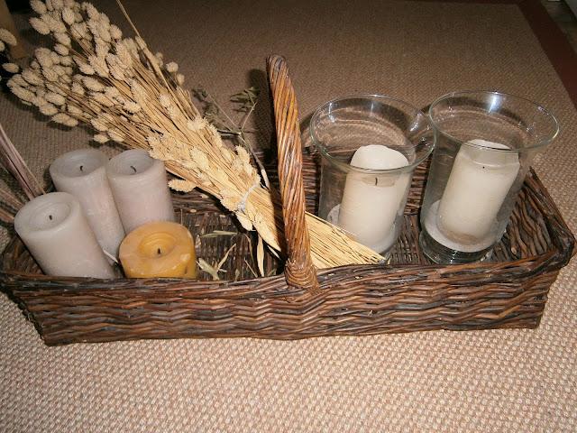 empaquetar regalos en una cesta. Envolver de manera original