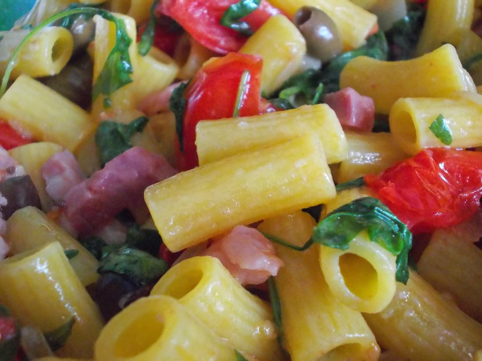 insalata tiepida di maccheroncini all'uovo ai sapori mediterranei