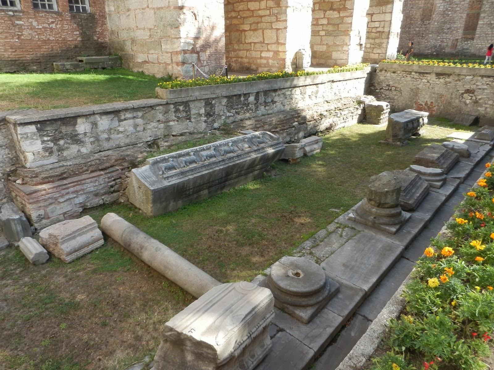 Место раскопок, котлован вблизи центрального входа Собор Святой Софии, фрагментами каменных колонн, барельефов, плит
