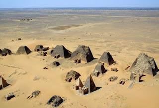 Menjelajahi Keindahan Piramida di Meroe Sudan