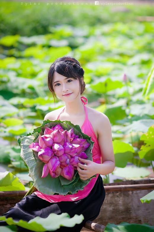 Girl xinh với áo yếm xưa bên hồ sen Phấn 1 5