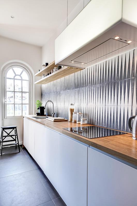 Un appartement haussmannien moderne et design blog d co mydecolab - Cuisine blanc et bois moderne ...