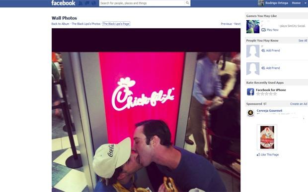 Músicos da banda Black Lips se beijam em protesto contra rede Chick-fil-A, nos EUA, nesta sexta (3) (Foto: Reprodução/Facebook)