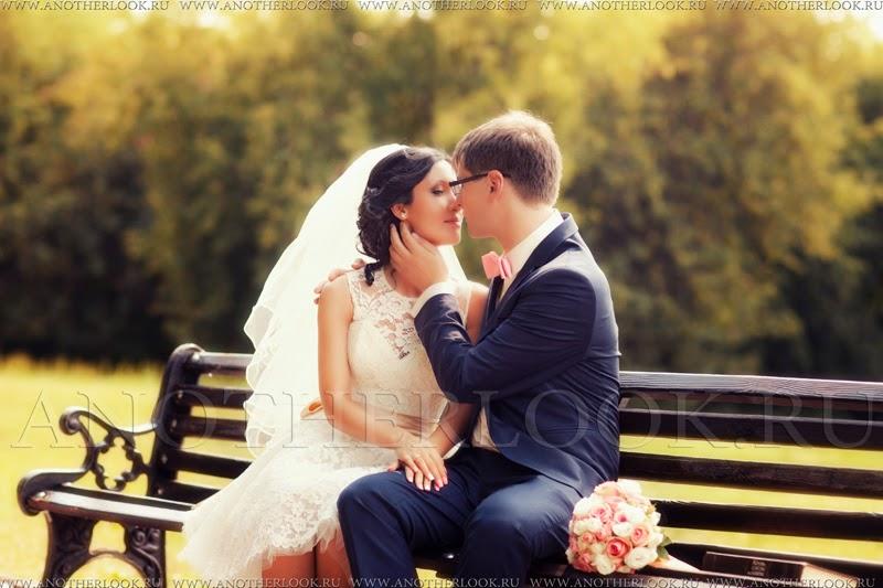 на лавочке жених нежно обнимает невесту