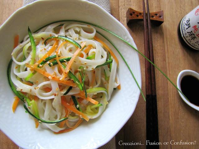 Tagliatelle di riso alle verdure e sesamo