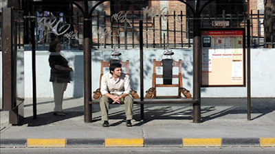 Рекламная скамейка Amnesty International - помните, что электрические стулья еще работают во многих странах