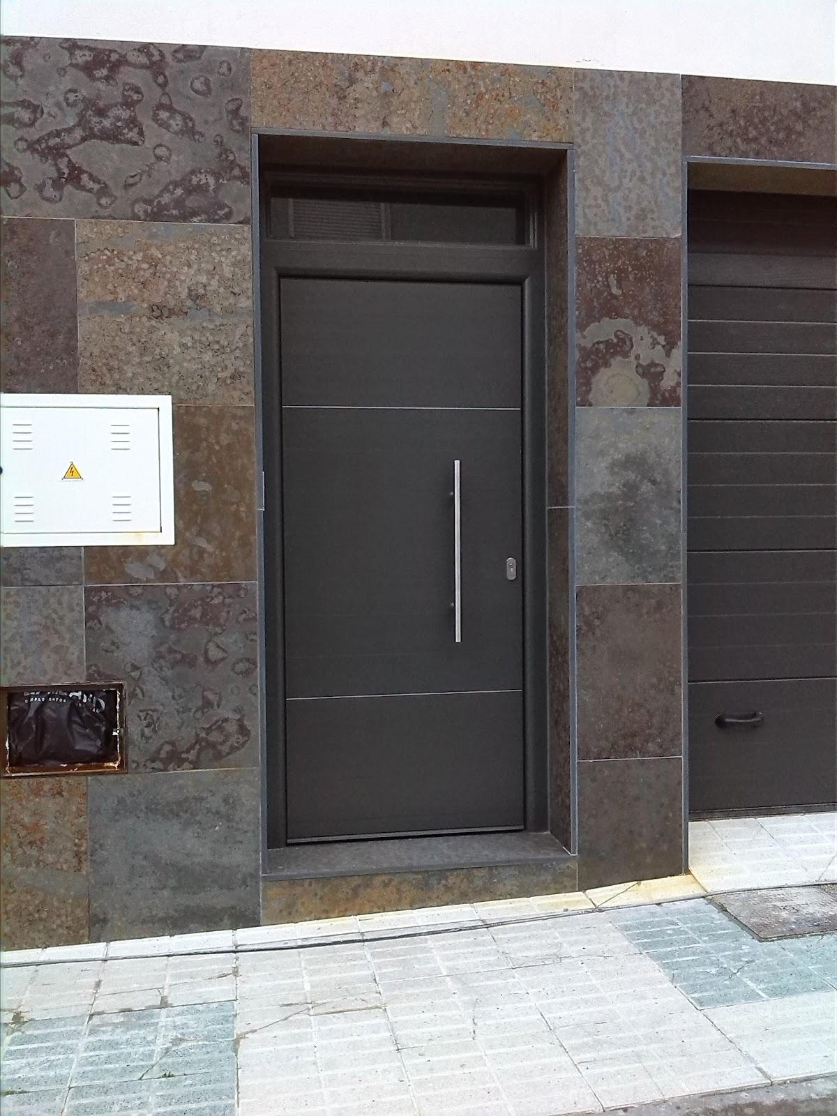 Aluminios de andalucia puertas blindadas imitaci n madera - Puertas blindadas a medida ...