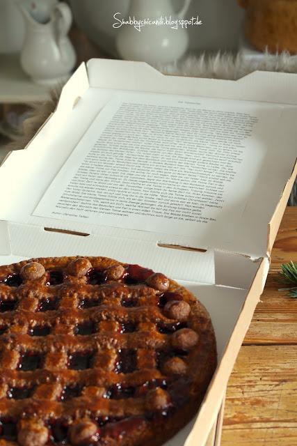 Pizzarkarton mit Linzertorte und im Deckel eine Weihnachtsgeschichte