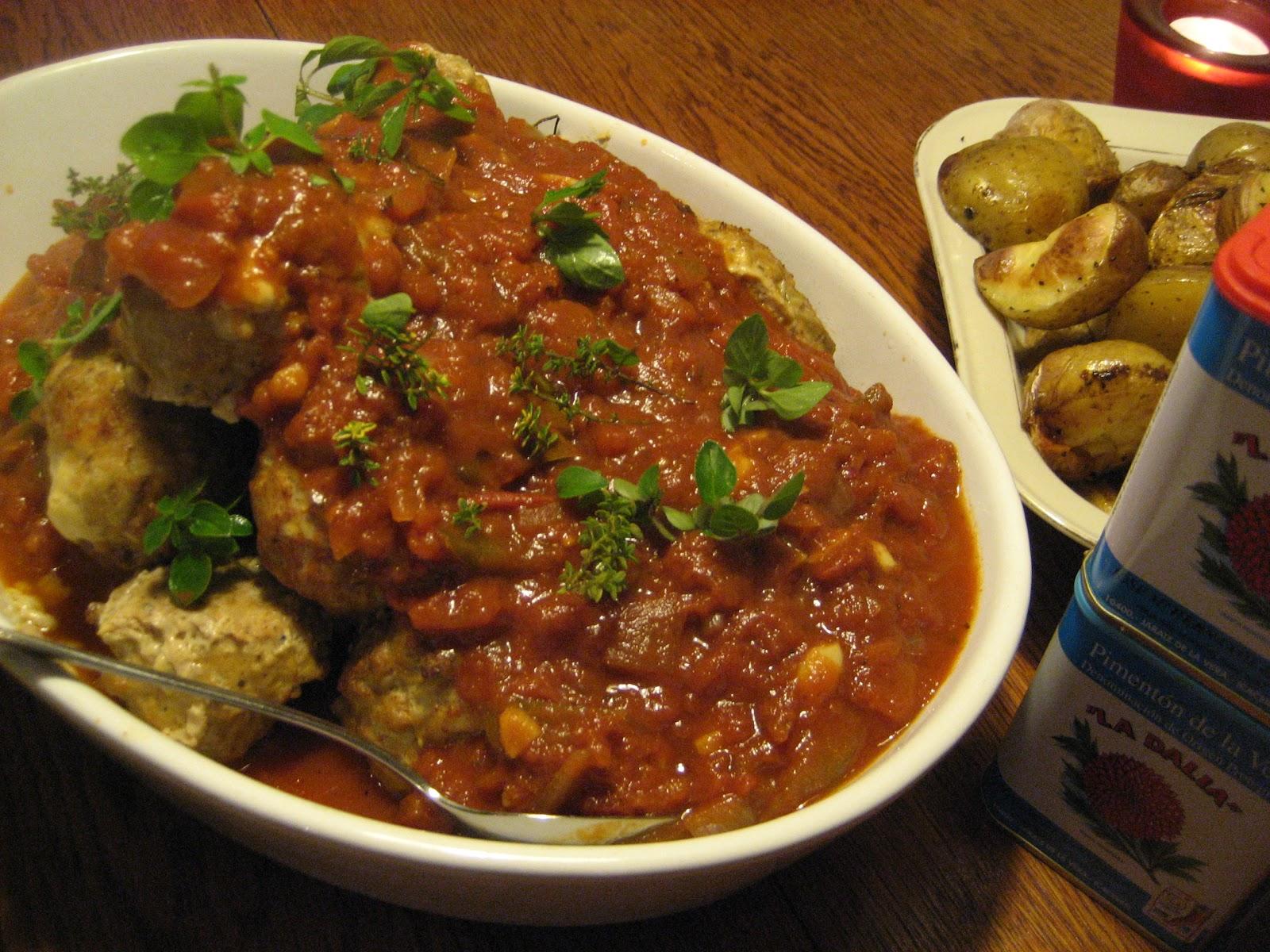 """Albondigas Opskrift gourmet diner: """"albondigas"""" - spanske kødboller i aromatisk tomatsauce -"""
