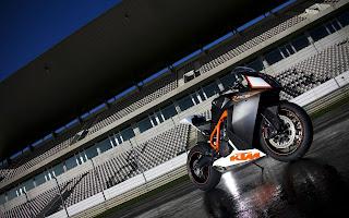 Zwart oranje  race motorfiets op een leeg circuit