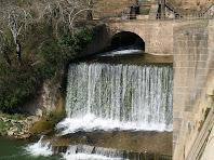 Detall del canal i reclosa de l'Ametlla de Merola