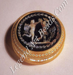 A gold box in the Roman taste. A 19th-century green jasper cameo depicting Daphne and Apollo is set into the lid, while the base is set with a panel of translucent, rust-coloured agate. In gold letters on an enameled white background runs the following Latin inscription.