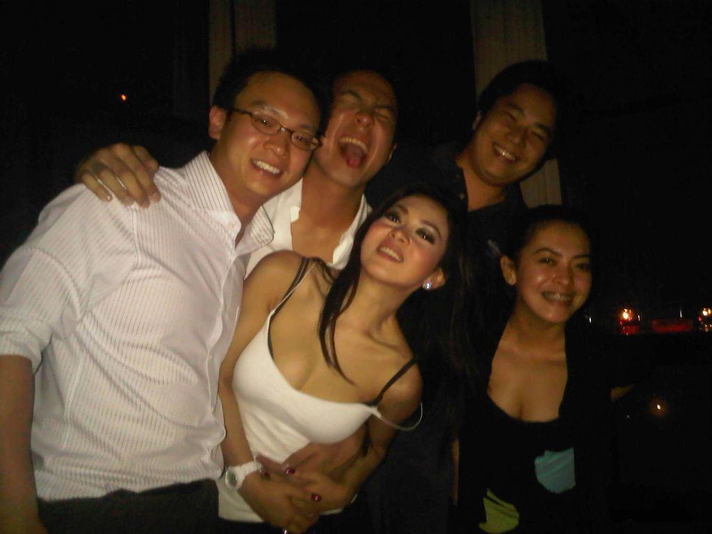 gambar panas penyanyi indonesia syahrini clubbing gosip