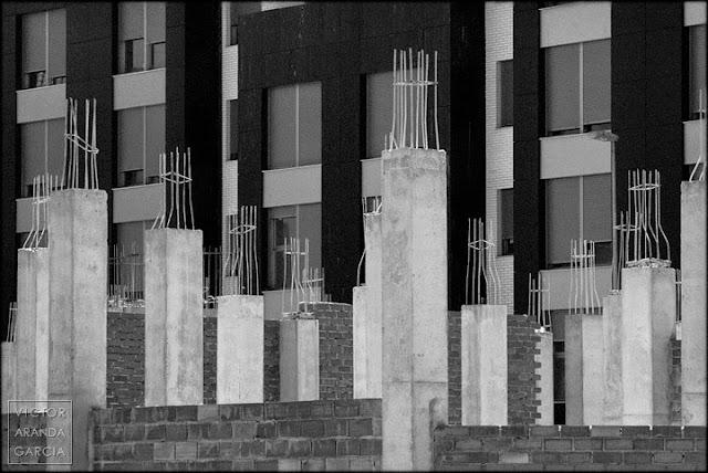 brotes_grises,burbuja_inmobiliaria,reflexion,arquitectura,pilares
