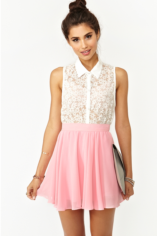 It will make you look preppy, sweet and sexy. A boxy top is another great style to team with your cute skirt. A boxy top will give you ideal proportions with A-line or pleated skater skirt. Have fun by teaming your bottom piece with a graphic tee. It will dress down your chic skirt.