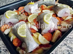 Peste la cuptor cu legume preparare reteta - taiem lamaia si asezam feliutele pe fiecare bucata