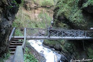 Puente sobre el río en las Gorges de Kakouetta.