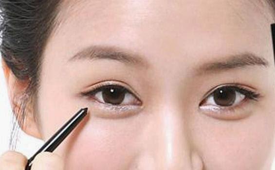 Cara Aman Memakai Pensil Eyeliner