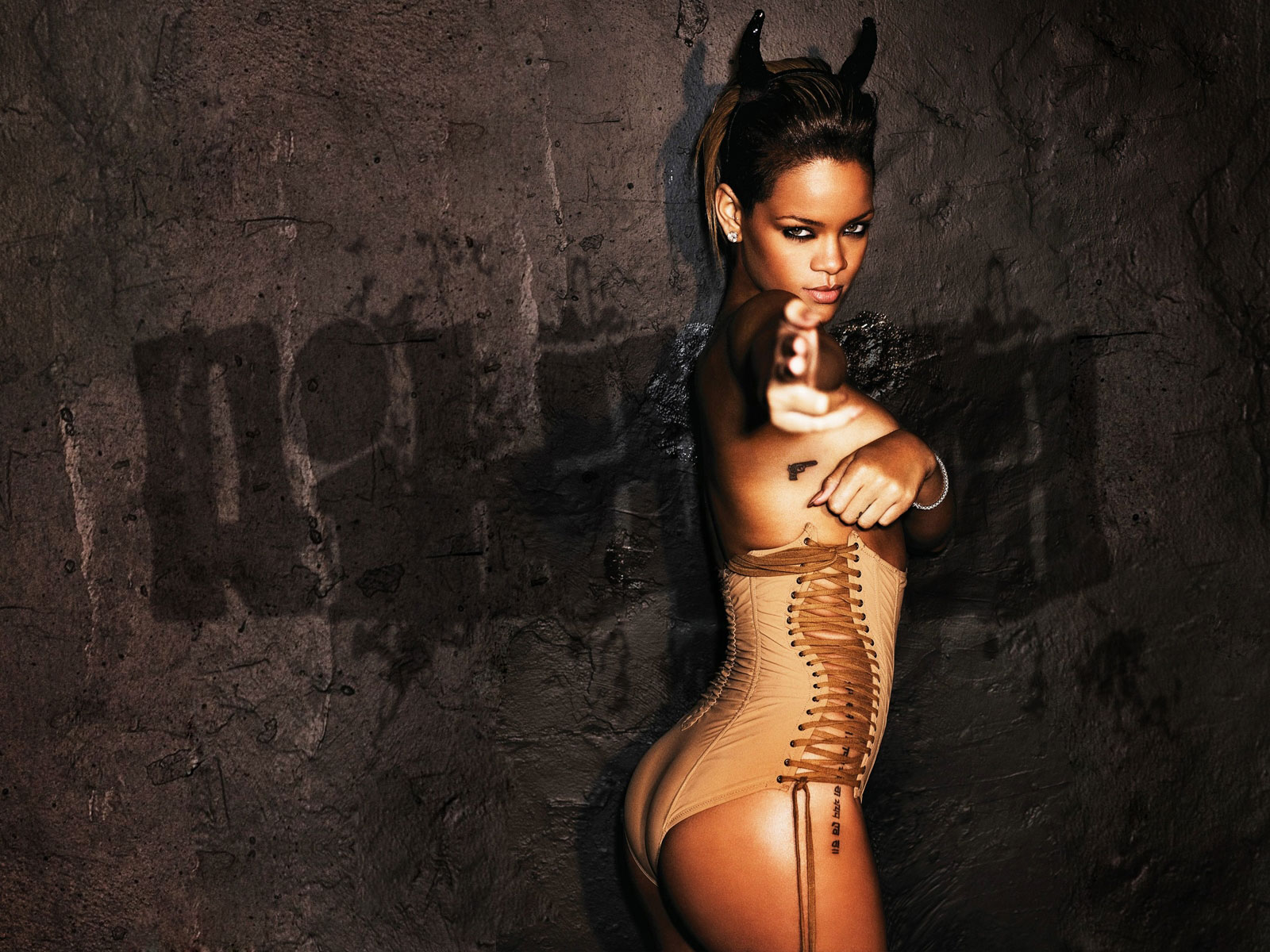 http://1.bp.blogspot.com/-1mKKs15KfCA/TncwC40PMhI/AAAAAAAACOo/MFHzriF450g/s1600/rihanna+with+horns+and+a+pistol+tattoo.jpg