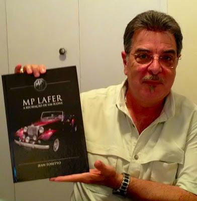 John Vaccaro com o livro do MP Lafer em mãos, ofertado pela filha Jennifer no dia americano dos pais. Um belo presente, não é mesmo?