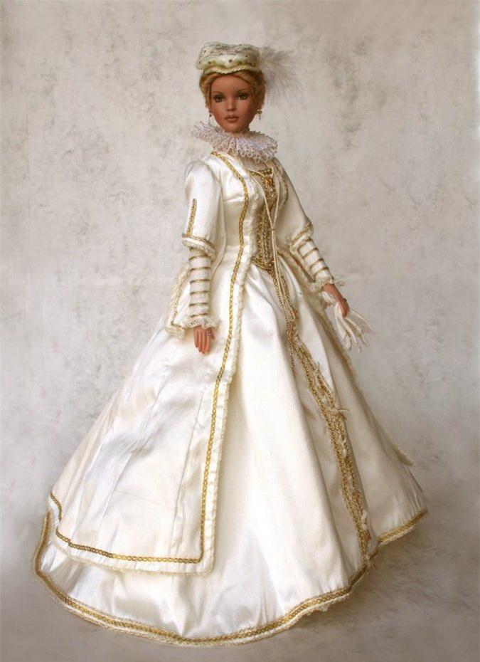 Это шарнирные куклы в исторических костюмах, полностью съёмных.