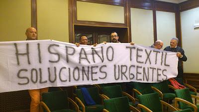 Militantes socialistas exhiben una pancarta exigiendo soluciones urgentes para HIspano Textil