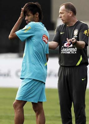 Neymar se defiende y Menezes lo respalda