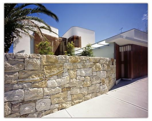 http://konseprumahminimalis.blogspot.com/2013/01/rumah-minimalis-dengan-batu-alam.html