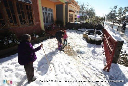 Snowfall makes Sapa hot for local tourists - tuyet roi Sapa 2015