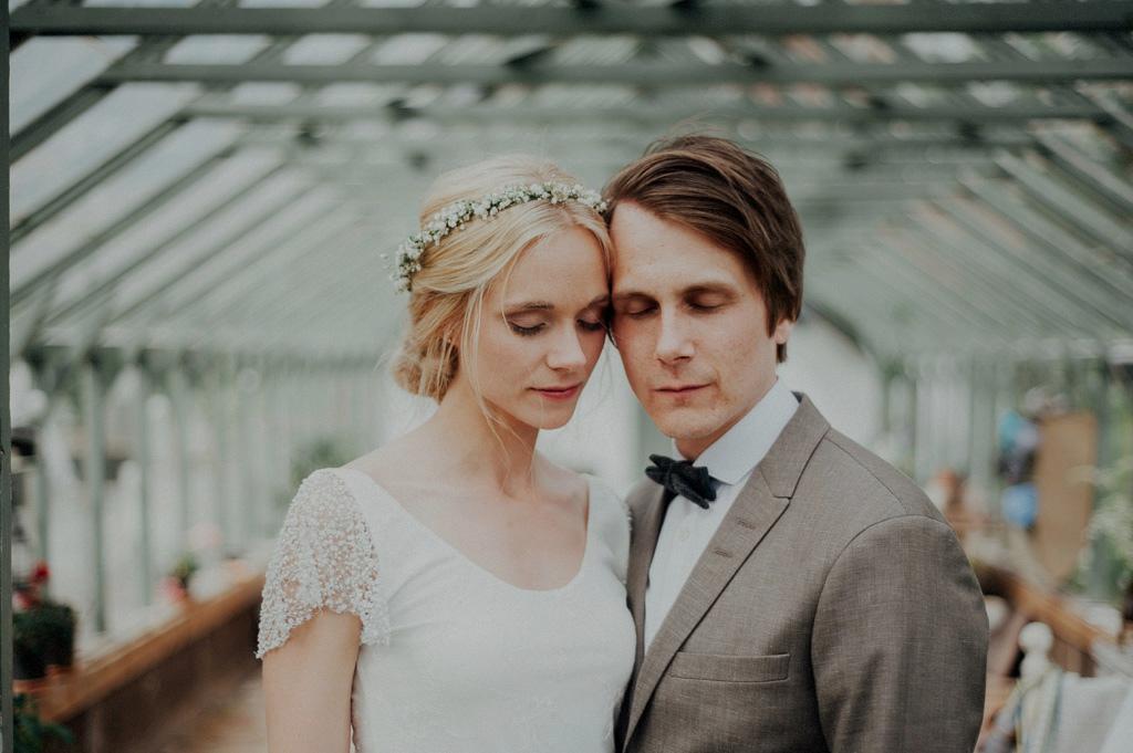 Porträtt på brud och brudgum i växthus
