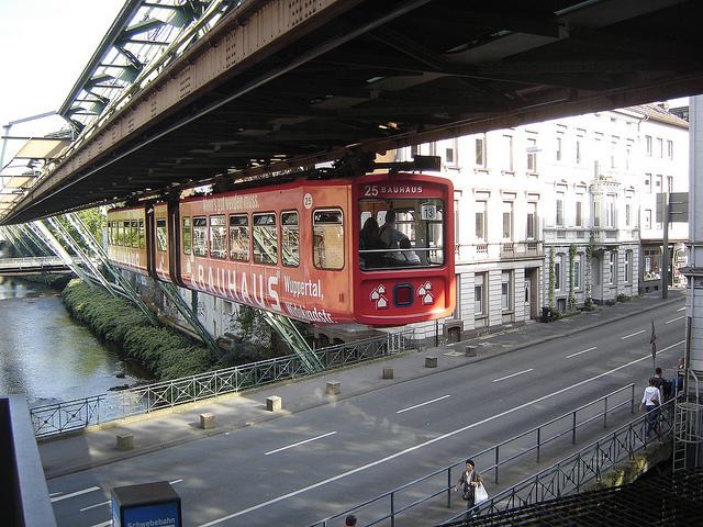 Alemanha tem TRAM 'aéreo' com mais de 100 anos