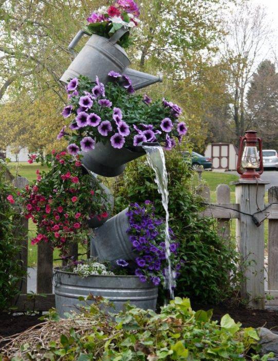 ideias para decorar meu jardim:Galvanized Tipsy Pots
