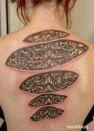 sırtta mekanik tasarımlı dövme