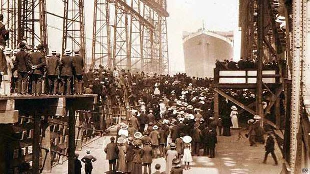 Multidão ver o titanic!